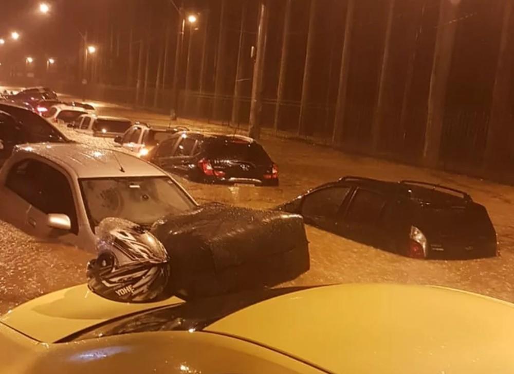 carros boiando em alagamento