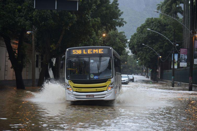 ônibus em alagamento no Rio de Janeiro