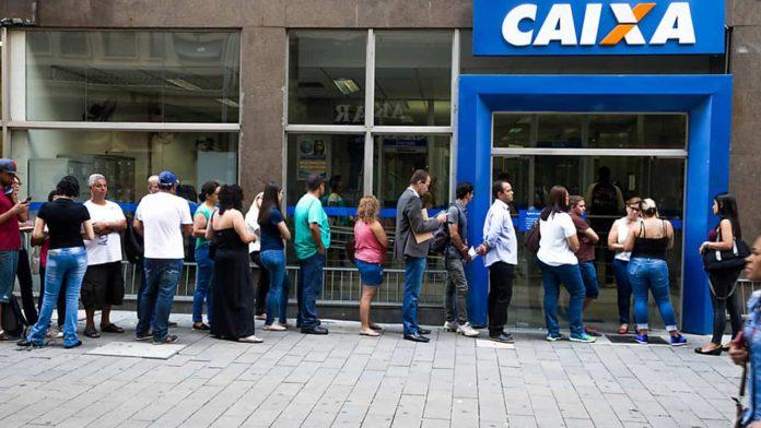 fila em frente a Caixa Econômica